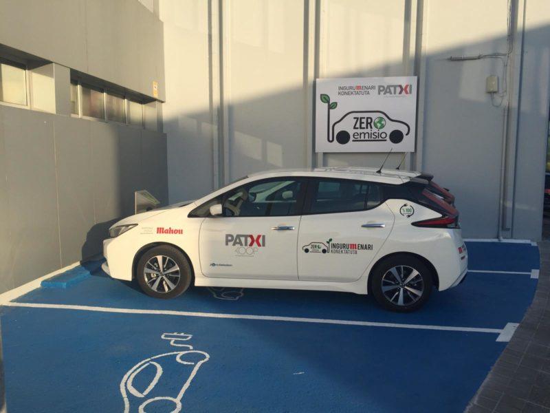 coche eléctrico en la zona de carga Patxi Koop