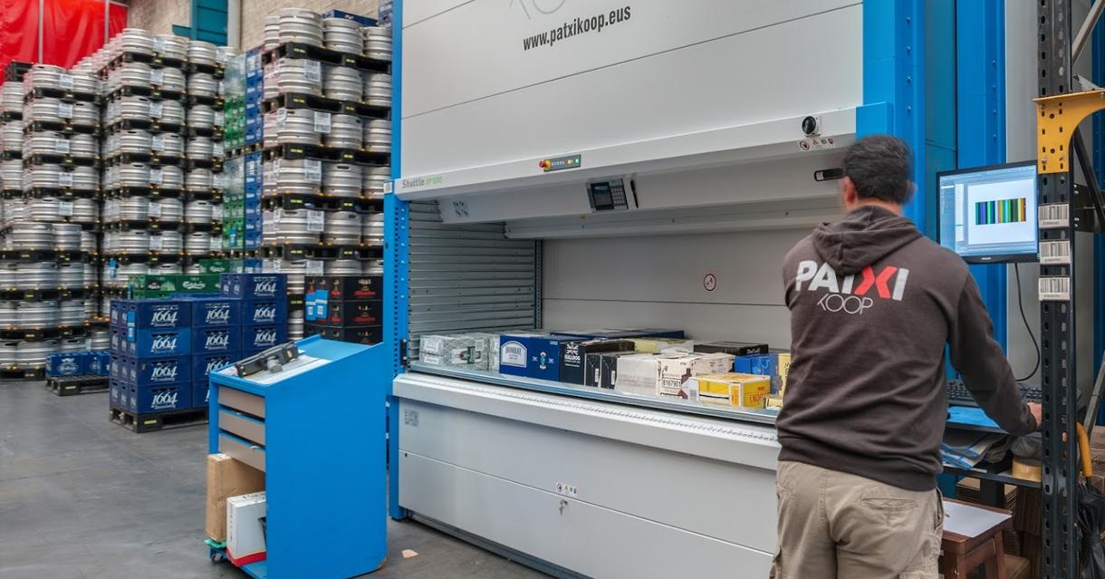 Un trabajador prepara un envío en el almacén de Patxi Koop